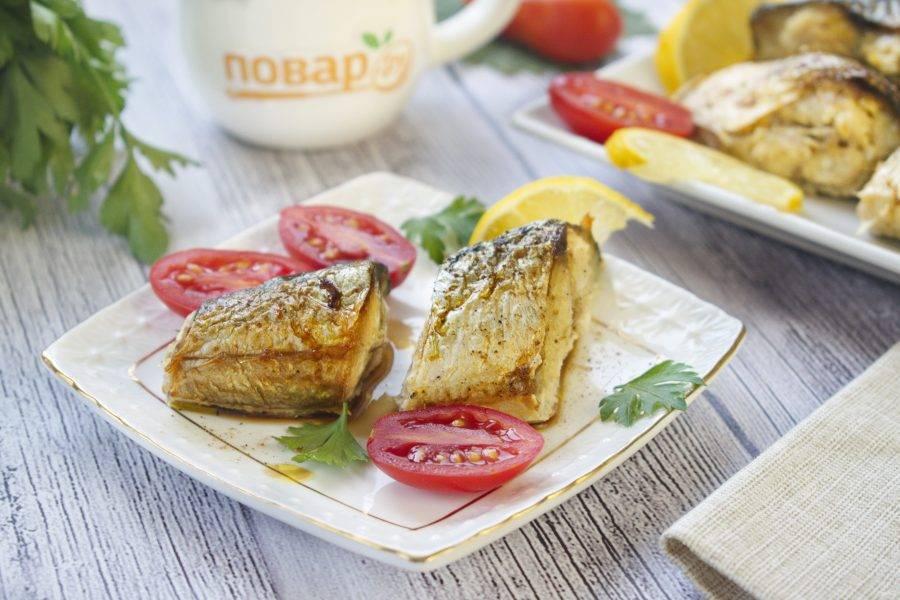 Подавайте пряную скумбрию с ломтиком лимона и свежими овощами. Приятного аппетита!