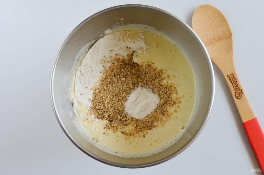Добавьте просеянную муку, молотые грецкие орехи, разрыхлитель.