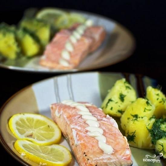 Готовую рыбу достаем из духовки и подаем с гарниром и любимым соусом. Приятного аппетита! :)