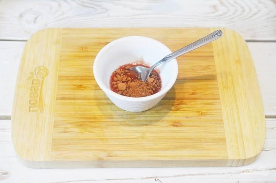 4. Отлейте немного выделившегося сока, добавьте какао-порошок и хорошо размешайте.