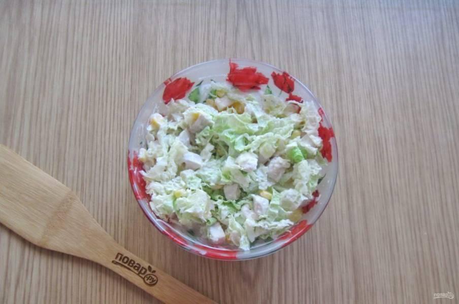Салат посолите и перемешайте все ингредиенты.