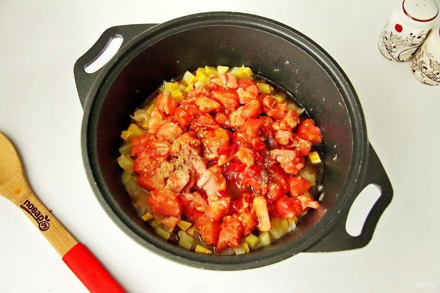 Следом добавьте помидоры, острый перчик, мед, соевый соус, уксус, соль и специи. Тушите все на небольшом огне с полуоткрытой крышкой периодически помешивая с момента закипания 40 минут.