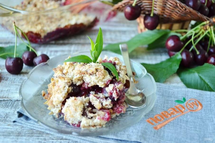 7. Лопаткой разложите по блюдцам десерт и угощайтесь! Приятного!
