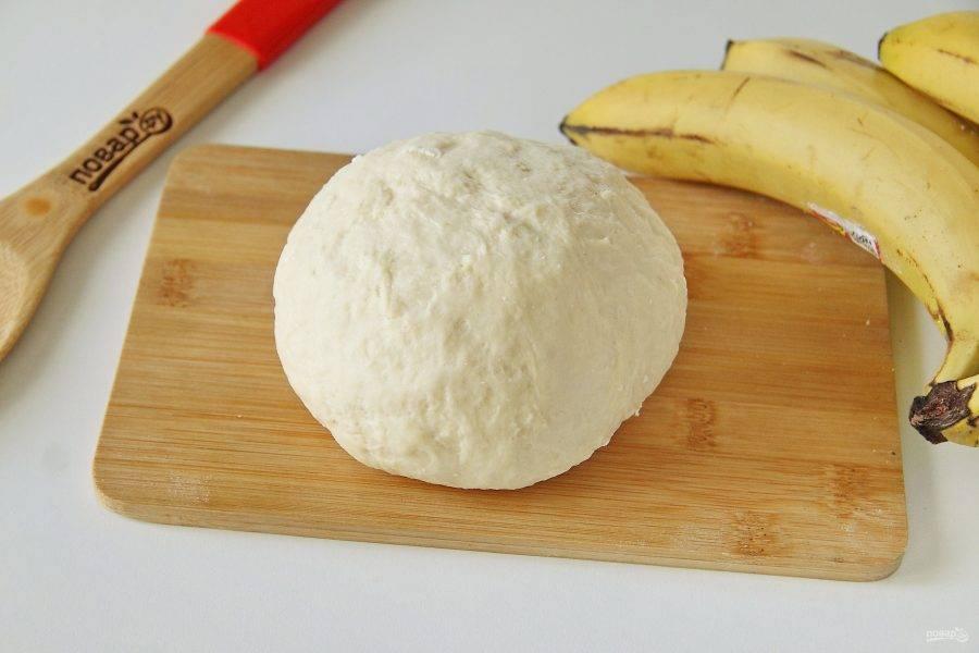 Замесите упругое и эластичное тесто. Соберите его в шар, накройте полотенцем и дайте отдохнуть 20-30 минут.