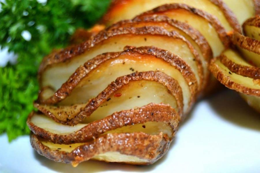 7.Снова отправьте в духовку еще на 30 минут. Подавайте готовый картофель горячим, можете украсить его зеленью или сыром.