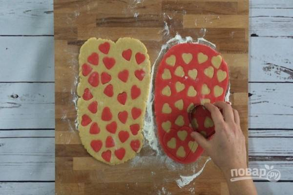 9.Большой выемкой для теста вырежьте сердечки (или другие формы).