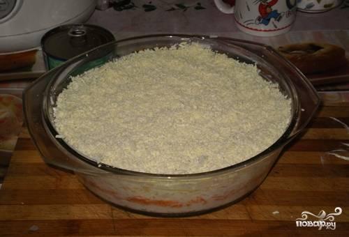 Сверху накрошите желтки. Дайте постоять салату полчаса в холодильнике и подавайте его. Приятного аппетита!