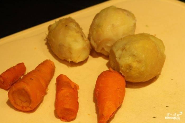 Отварить и почистить картофель и морковь. Остудить. Нарезать небольшими кубиками.
