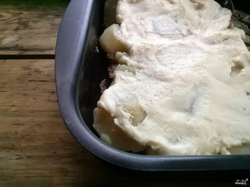 Выложите соус сверху картофеля.