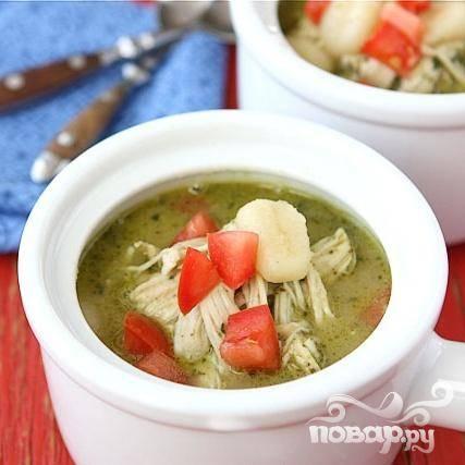 7. Украсить суп нарезанными помидорами и сразу подавать.