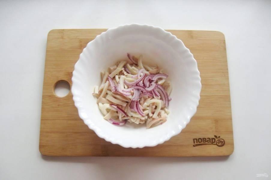 Красный салатный лук очистите, помойте и нарежьте полукольцами. Выложите в салат.
