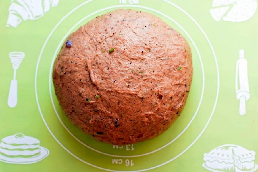 Скатайте тесто в шар, выложите в смазанную маслом миску, затяните пленкой и оставьте подходить в теплом месте. Тесто должно подойти не меньше, чем в 2,5 раза.