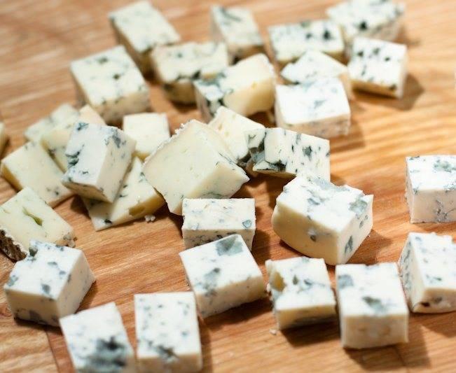1. Сыр режем маленькими крадратиками. Чтобы лучше резался - подержите его перед этим в холодильнике.