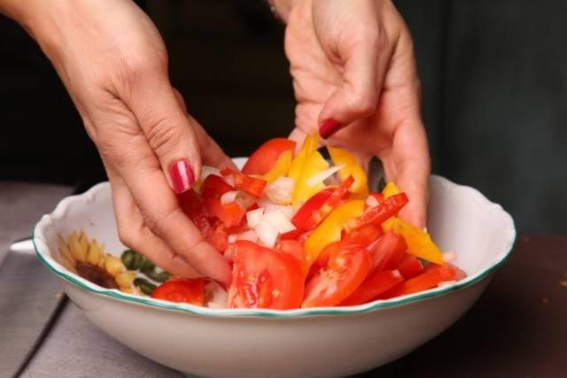 """5. Очистите и нарежьте тонкими полукольцами лук. Соедините все овощи в салатнике, добавьте щепотку соли и перца. Аккуратно перемешайте руками, чтобы сильно не """"помять""""."""