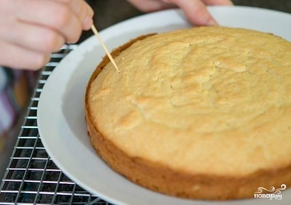 4. Выпекайте коржи минут 30-40 до румяности и сухой спички. Готовые бисквиты достаньте из формы и остудите.