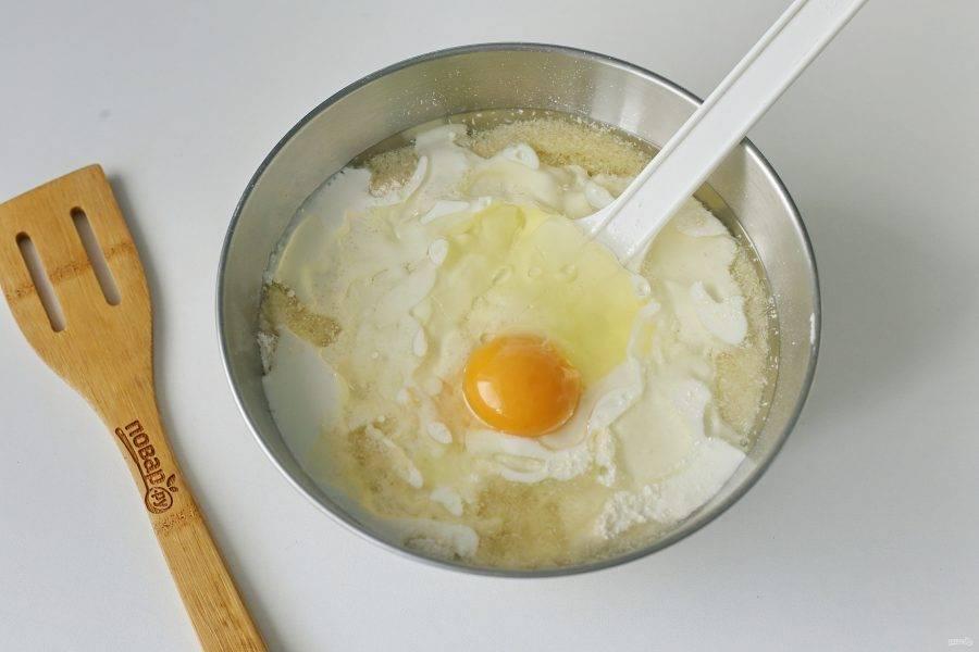Добавьте кефир, яйцо и масло.