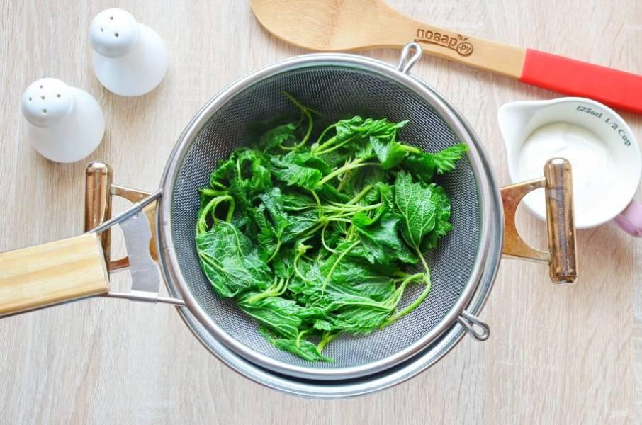 Откиньте крапиву на сито и дайте остыть и стечь влаге, потом немного отожмите крапиву.