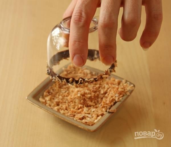 6. И в ореховую крошку. Налейте аккуратно напиток и сразу же подавайте к столу.