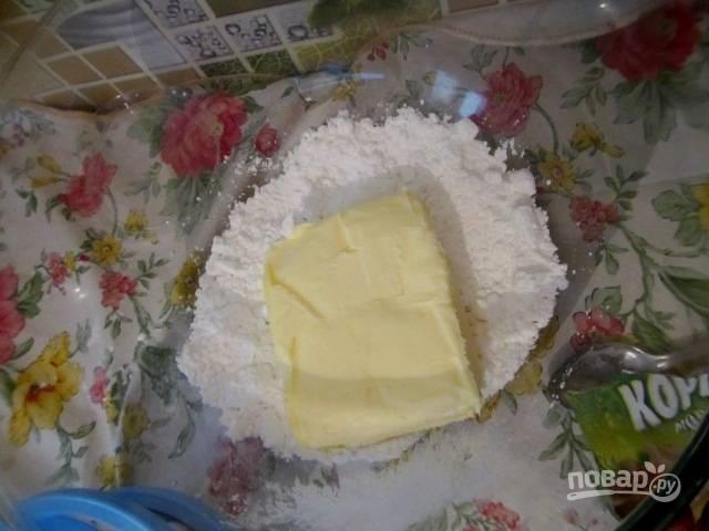 Масло с пудрой перемешайте миксером до единой консистенции.