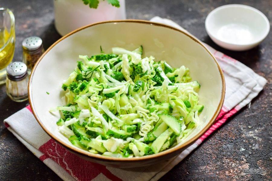 Перемешайте салат и подавайте к столу.