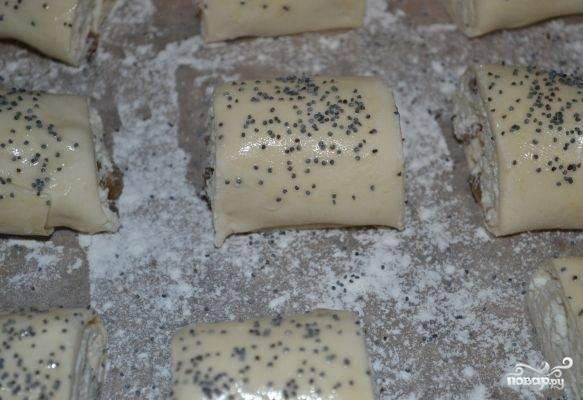 Смазываем рулетики растительным маслом и посыпаем маком или измельченными орешками.