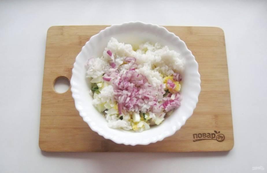 Красный или фиолетовый лук очистите, помойте и мелко нарежьте. Добавьте в салат.