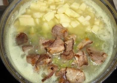 Если бульон начинает развариваться, самое время добавить баранину и нарезанный кубиками картофель. Еще через 5 минут кладем в суп зажарку.