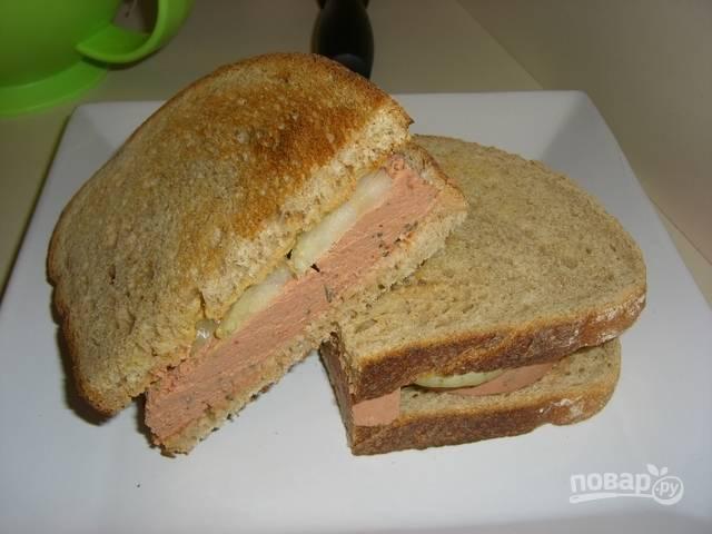 Теперь собираем бутерброды. Первый у меня получился с луком и колбасой. Я бы сказала, что это простая мужская версия.