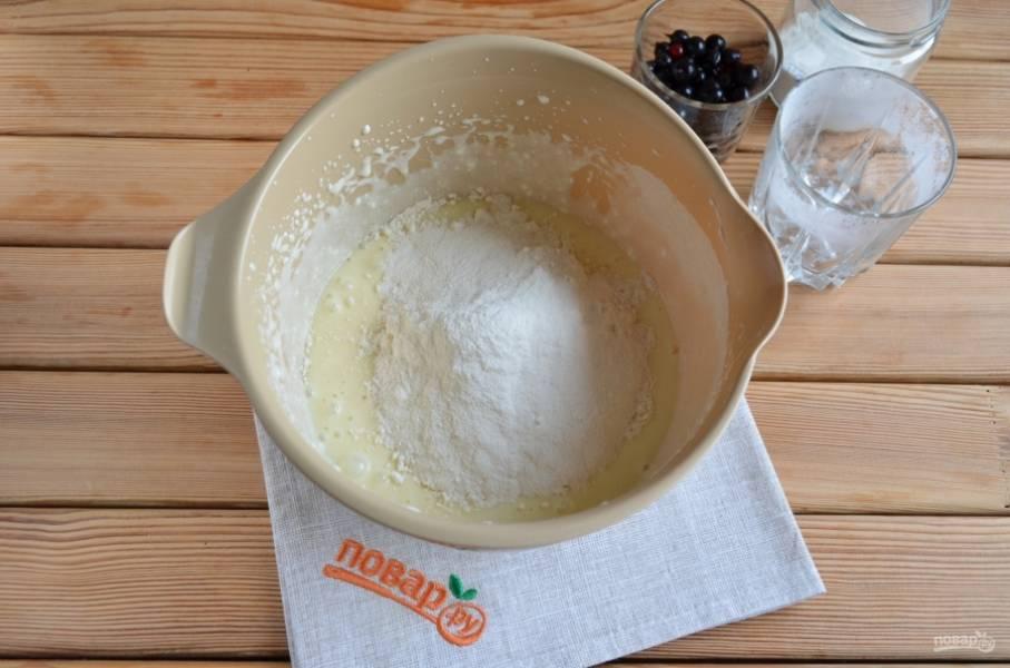 Всыпьте полтора стакана муки и полторы чайной ложки разрыхлителя. Миксером смешайте продукты.