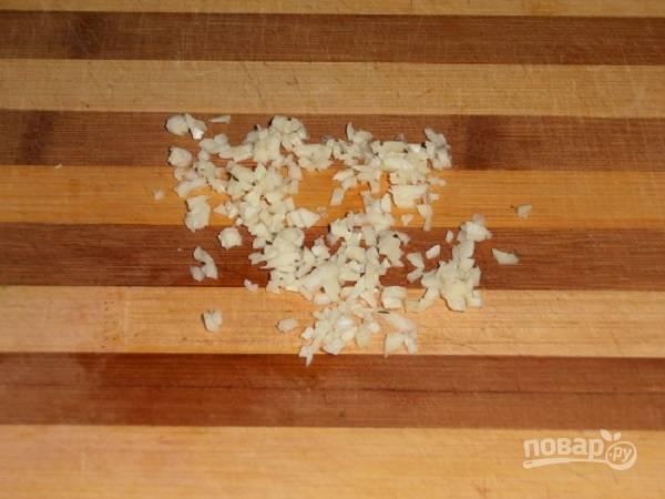 Очищаем чеснок, измельчаем его. Можно мелко порубить чесночок, а можно пропустить его через чеснокодавку.