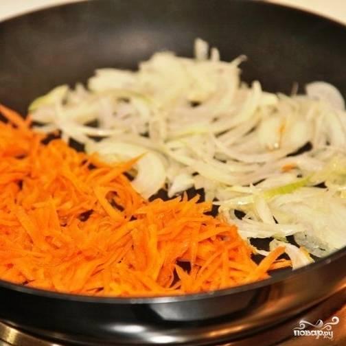 Лук и морковь мелко нарезаем, обжариваем до мягкости на масле.