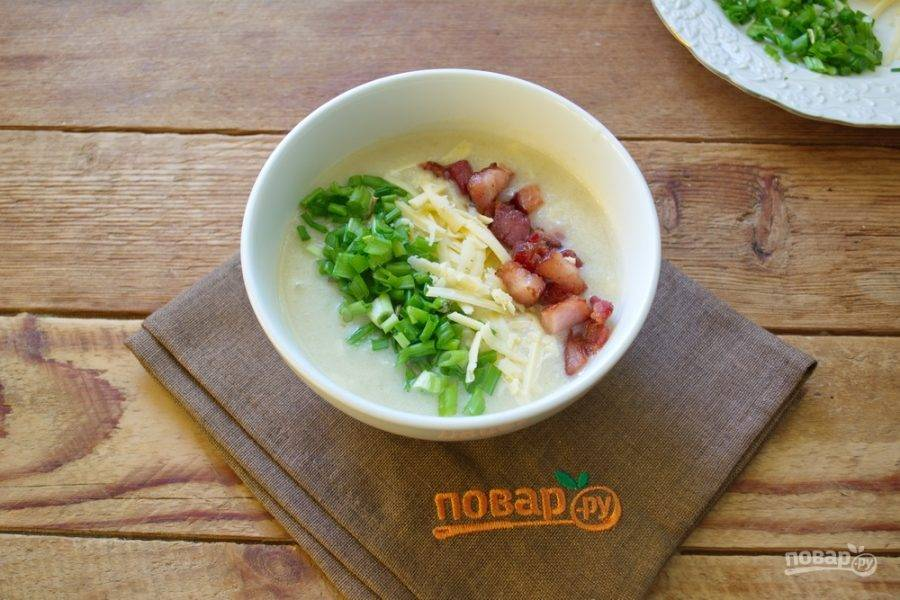 В мисочку налейте готовый суп. На поверхность супа выложите дорожку из лука, тертого сыра и  обжаренного бекона.