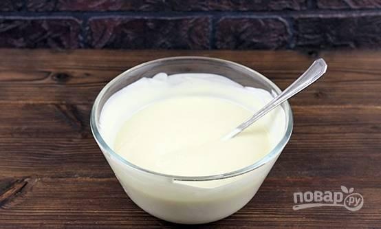 Готовим крем. Для этого смешиваем сметану и сгущенное молоко. Перешиваем все ложкой.