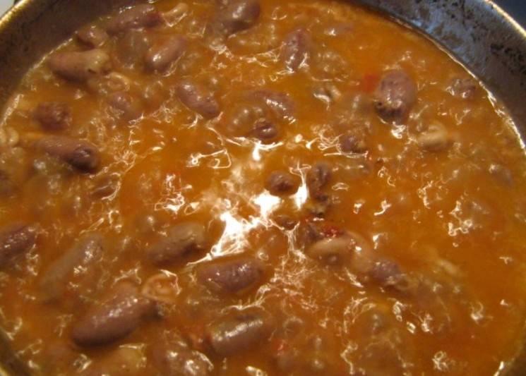 Полученную массу выкладываем на сковороду, солим и приправляем блюдо специями, добавляем сахар, перемешиваем все и тушим еще минут 15.