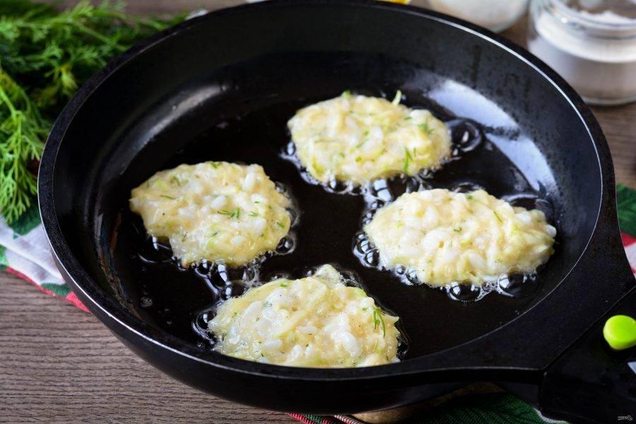 Разогрейте немного масла на сковороду, выкладывайте котлеты ложкой и жарьте на среднем огне 5-6 минут.