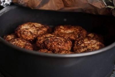 Котлетки будут выпекаться в течение 20 минут. После этого на них надо расплавить по кусочку сливочного масла и подавать к столу.