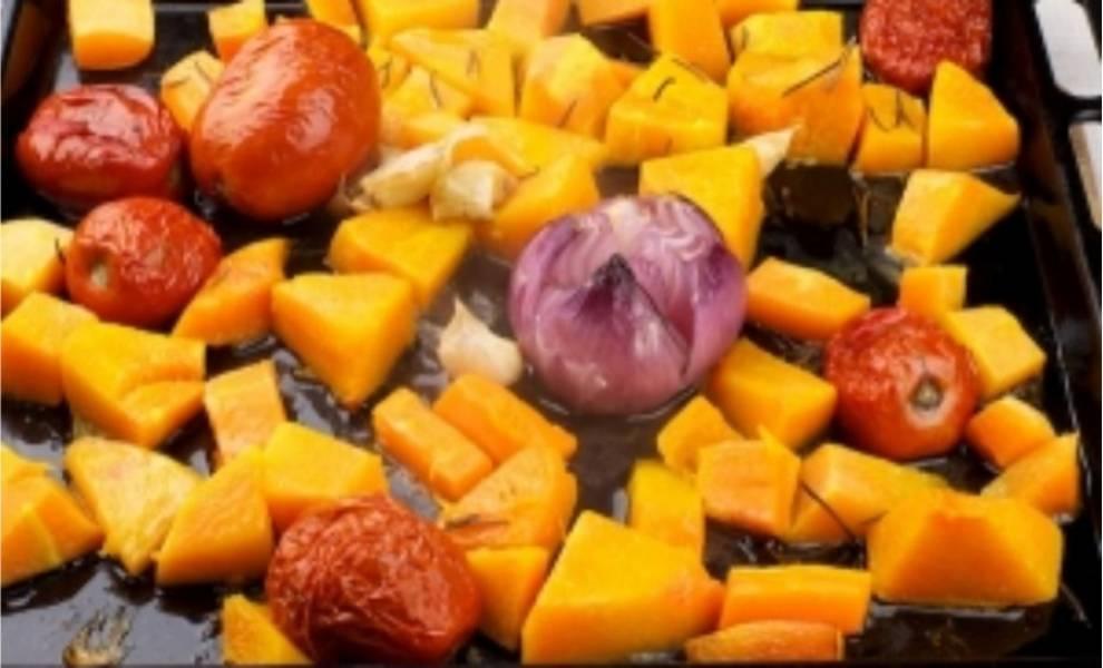 3. Затем овощи следует полить растительным маслом и присыпать иголочками розмарина. Поставить в разогретую до 200°С духовку и выпекать 35-50 минут. Вытаскивайте, когда тыква станет мягкой.