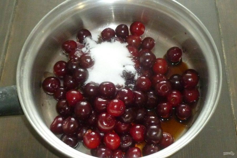 Займемся начинкой. У вишни удалите косточки. Сложите ягоды в сотейник, добавьте сахар и бальзамический уксус. Поставьте сотейник на огонь и проварите ягоды 10-15 минут. Затем откиньте вишню на дуршлаг.