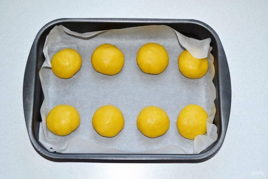 Сформируйте небольшие шарики и выложите на противень. Уберите их на 10-15 минут в холодильник.