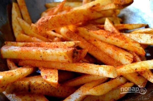 6.Выложите картошку на противень для запекания в один слой.