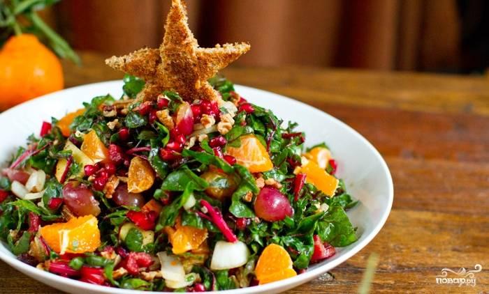 5. Выкладываем салат горкой, а из кусочка хлеба вырежем звездочку и обжарим. Выставим сверху - и наслаждаемся вкусом!