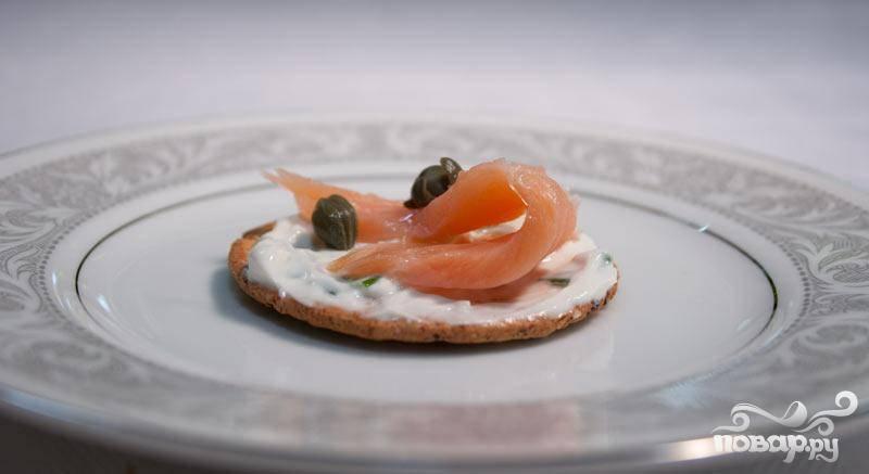 4. Украсьте канапе тремя касперсами или оливками. Выложите готовую закуску на блюдо и предложите гостям. Все останутся довольны.