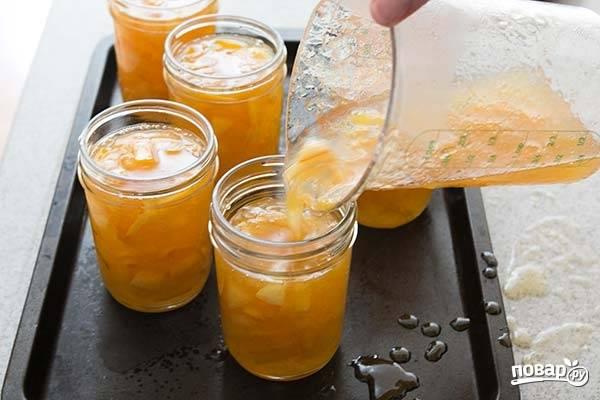 10. Когда лимонное варенье уварилось до нужной консистенции, разлейте его по стерилизованным заранее баночкам и остудите.