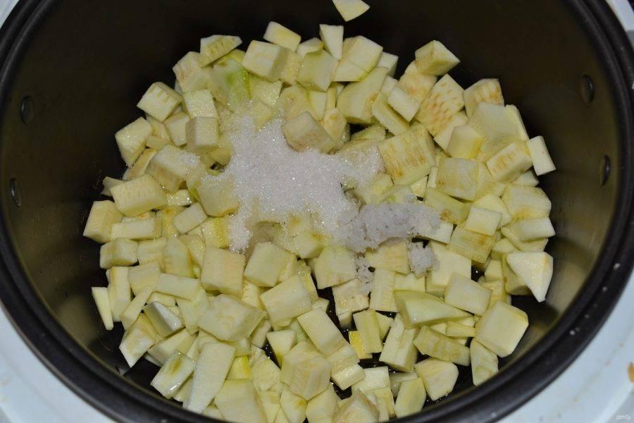 """В чашу мультиварки влейте растительное масло и отправьте кабачки. Всыпьте соль и сахар. Включите режим """"Тушение"""" на 2 часа, закройте крышку и готовьте, пока кабачки не пустят много сока."""