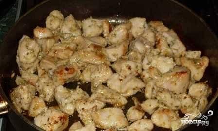 Мясо промариновалось, поставим на огонь чуть больше среднего сковороду, обжарим филе кролика до легкого румяного цвета. Затем добавим немного воды, чтобы она слегка покрыла мясо. Солим. Тушим примерно минут 30.
