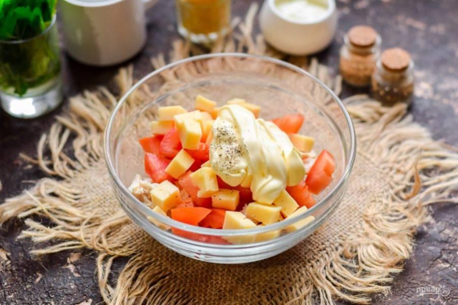 Заправьте салат майонезом, соль и перец добавьте по вкусу. Перемешайте салат и подавайте к столу.