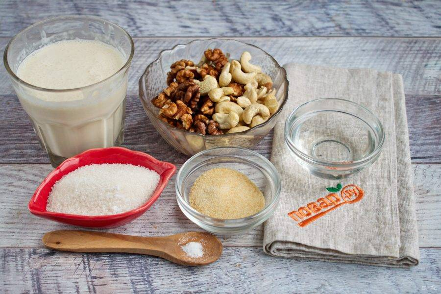 Подготовьте необходимые продукты. Быстрорастворимый желатин замочите в горячей воде.