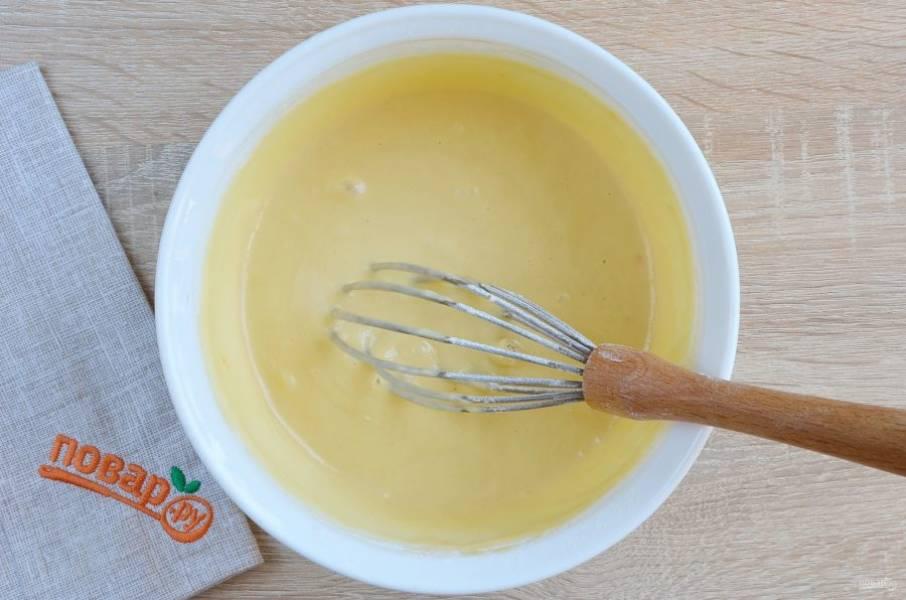 Венчиком очень тщательно перемешайте ингредиенты, чтобы ни одного комочка не было. Кляр должен быть в меру густой, он не стекает быстро с венчика, а лениво съезжает. Если муки мало, добавьте еще ложку. Количество муки напрямую зависит от жирности кефира, величины яйца. Если кефир заменить сметаной, то муку нужно уменьшить.