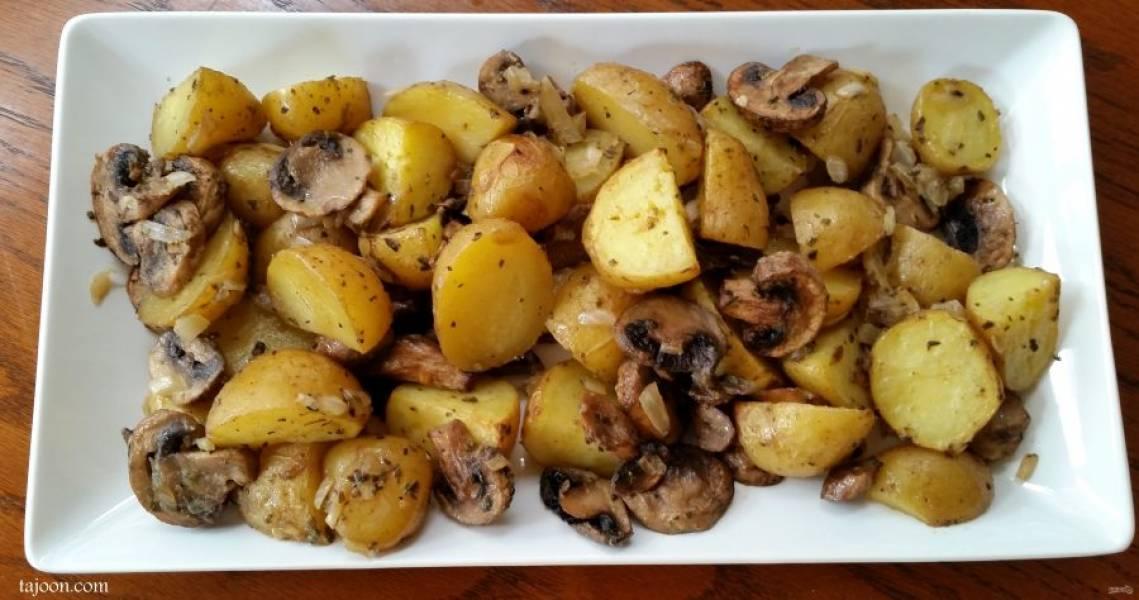 5.Переложите картофель с грибами в тарелку и подавайте к столу.