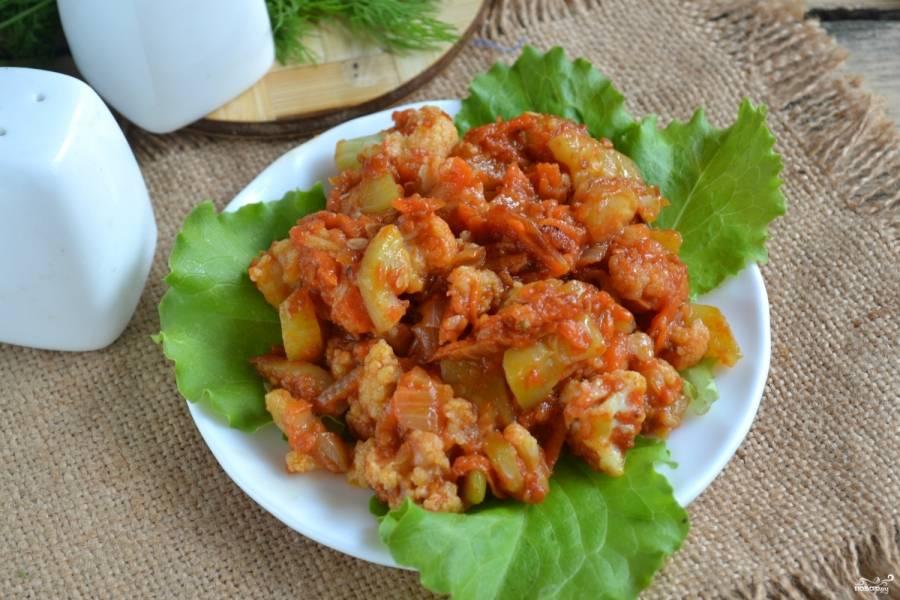 Готовое рагу выложите на тарелку, украшенную листьями салата или другой зеленью. Приятного аппетита!